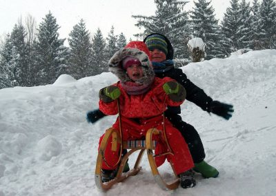 Obgleich die Strecke von der Doagl Alm hinunter zum Spatenau-Parkplatz keine offizielle Rodelstrecke ist, haben jeden Winter hunderte von Erwachsenen und Kindern unbegrenzten Spaß.