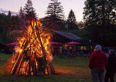 Ein Sonnwendfeuer veranstalten wir im Sommer und im Winter.