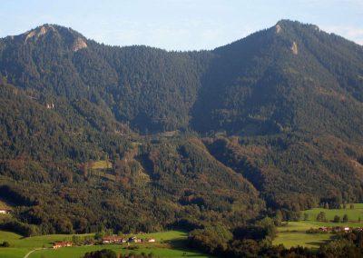 Blick auf die Hochebene Spatenau (Bildmitte) im Hochriesgebiet in der sich die Doagl Alm befindet.